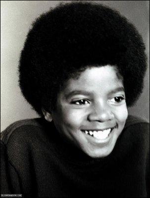 Qui imite-t-il dès son plus jeune âge ?