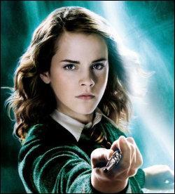 Quel mangemort jette un sortilège presque fatal à Hermione ?