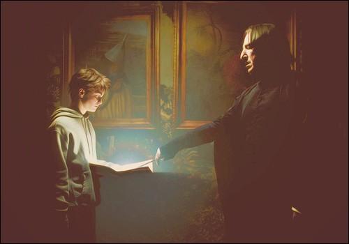 Que tient Harry dans ses mains ? (On s'en sert pour savoir où se trouvent exactement les personnes dans le château)