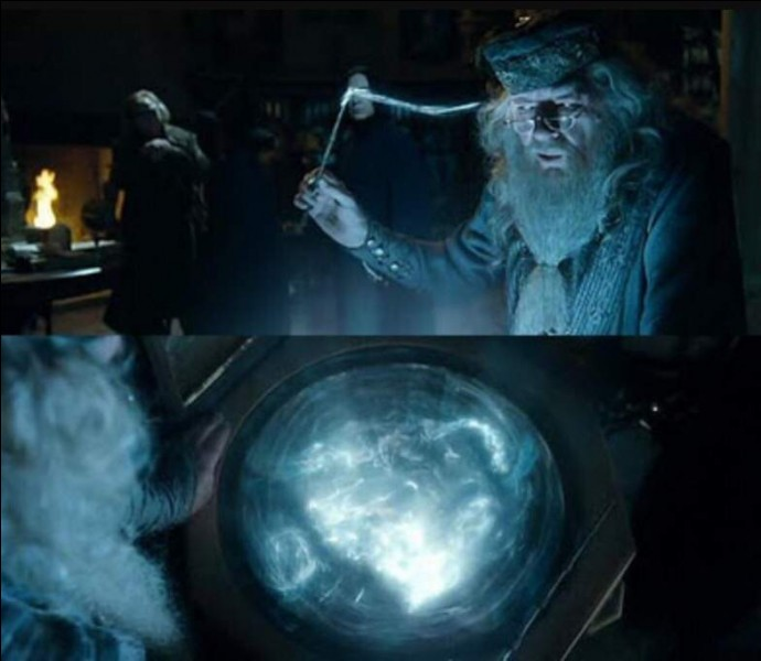 Quel est le nom de l'objet magique se trouvant en dessous d'Albus Dumbledore ? (Regorge d'histoires)