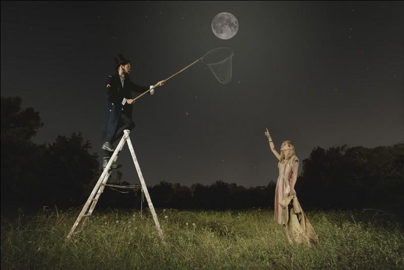 Le Lune s'éloigne de la Terre.