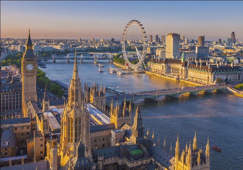 Par quel fleuve la capitale britannique est-elle traversée ?