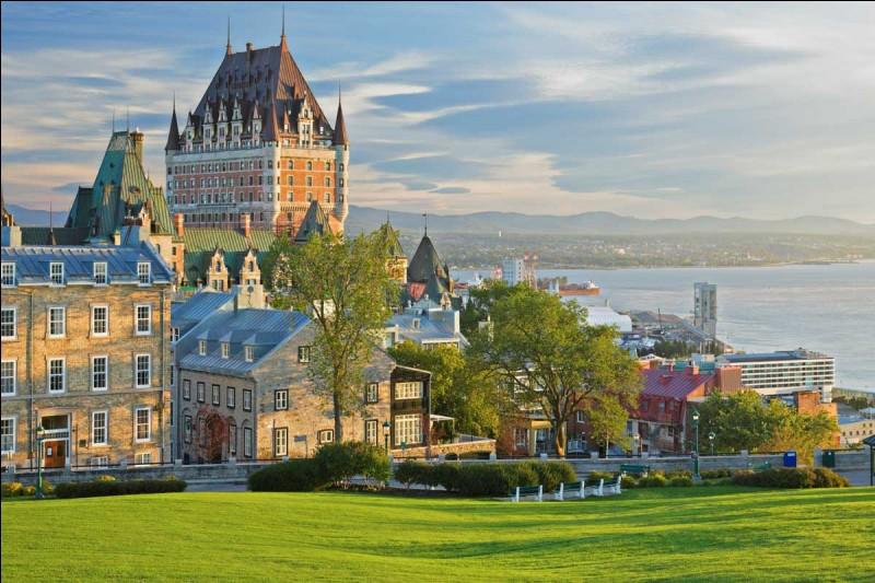 Quel fleuve marque la limite entre Lévis et Québec, au Canada ?
