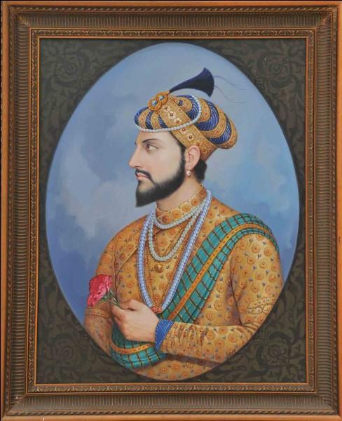 J'ai été construit par l'empereur moghol Shâh Jahân en mémoire de sa femme Arjumand Bânu Begam. Je me situe en Inde. Que suis-je ?