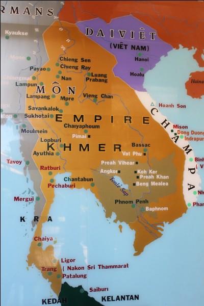 J'étais la capitale de l'Empire khmer. Je me situe au Cambodge. Je suis désormais composée de ruines mais auparavant, mes temples étaient majestueux. Que suis-je ?