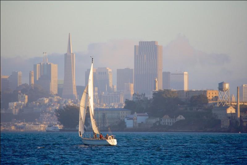 Je me situe à San Francisco. Je mesure 2 737 mètres de long. Que suis-je ?