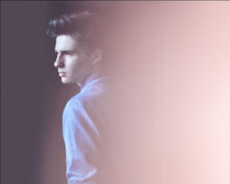 """Il a passé le bac cette année et interprète """"Sunset Lover""""..."""
