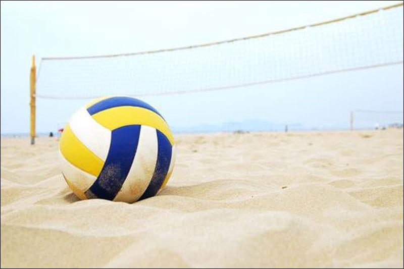 Nous nous installons et c'est là qu'atterrit à nos pieds un ballon. Les propriétaires sont des jeunes qui jouaient au ... sur la plage .