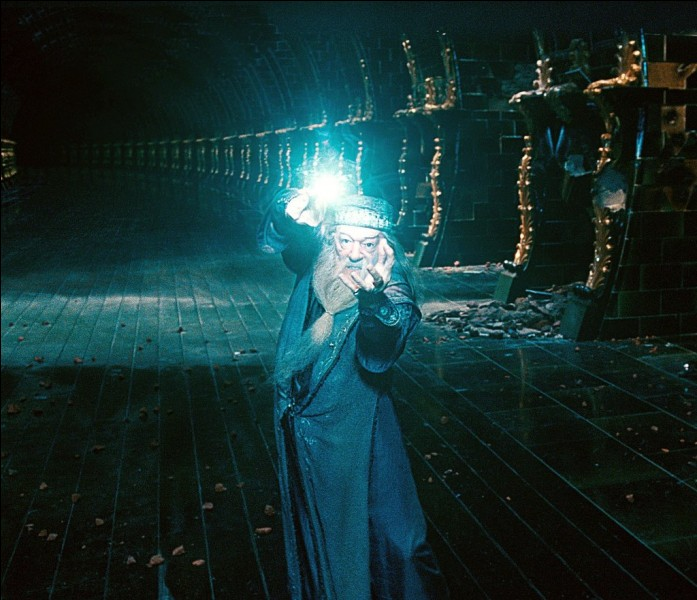 """Dans la saga """"Harry Potter"""", quelle matière le professeur Dumbledore enseignait-il avant de devenir directeur de Poudlard ?"""