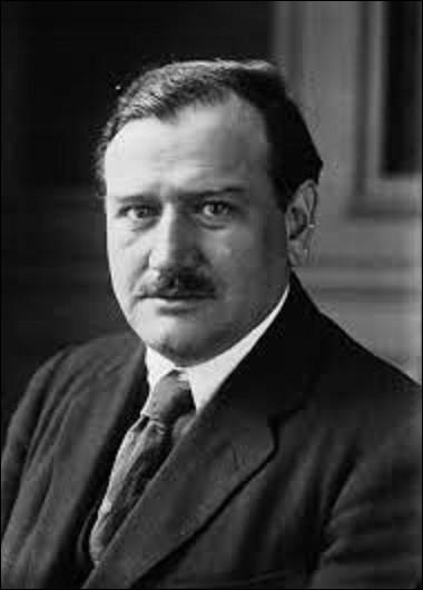 Histoire : ''Ah les cons, s'ils savaient!'', telle fut la réaction du président du Conseil des ministres français de retour de Munich, le 29 septembre 1938, surpris de se faire acclamer pour avoir sauvé la paix et lâché la Tchécoslovaquie, après l'annexion des Sudètes par Adolf Hitler. Quel politicien désabusé, il pensait se faire huer pour avoir trahi la parole de la France, a dit cette phrase ?