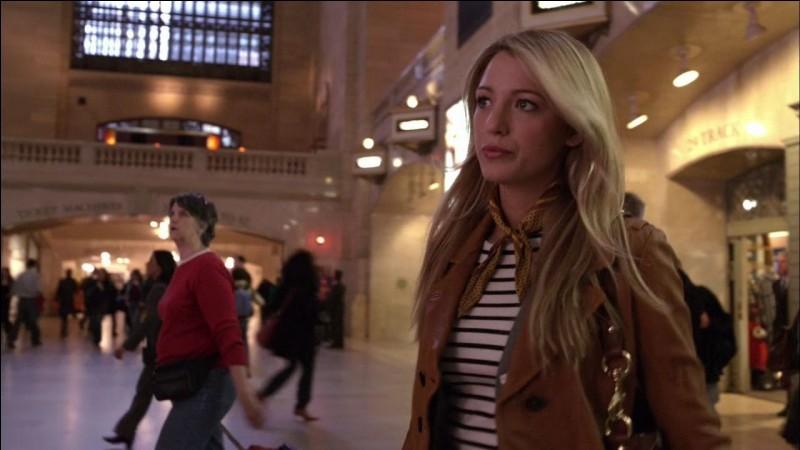 Dans l'épisode pilot, quand Serena arrive, qui la photographie ?