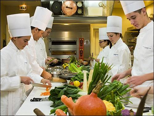 Quel cuisinier mondialement connu va ouvrir une école de cuisine française internationale à Montmorillon, sa ville natale ?