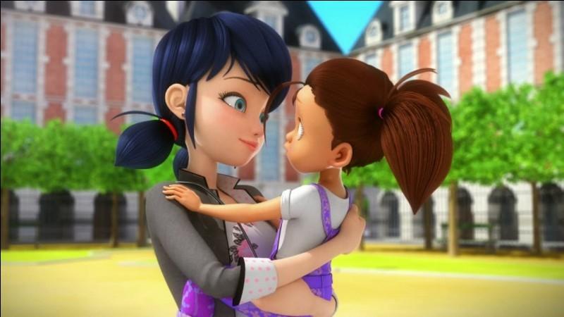 Comment s'appelle l'enfant que Marinette garde parfois pour jouer à la poupée ?