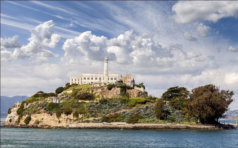 D'où je suis, on peut voir l'île d'Alcatraz, des lions de mer etc. Je me trouve à San Francisco, dans le quartier du Fisherman's Wharf. Que suis-je ?