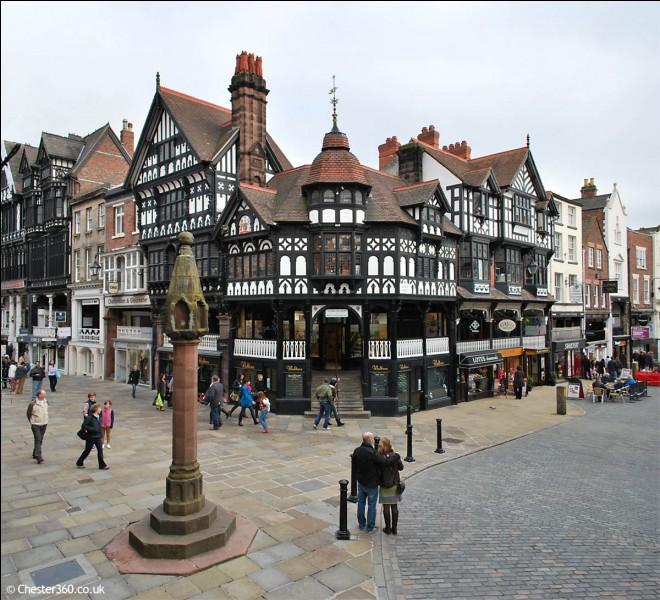 Cette ville est traversée par le fleuve Dee et se situe dans le Cheshire est est assez proche de la frontière du Pays de Galles.
