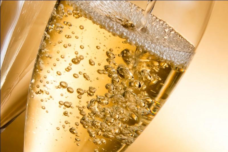 Le premier vin effervescent français, historiquement est ...