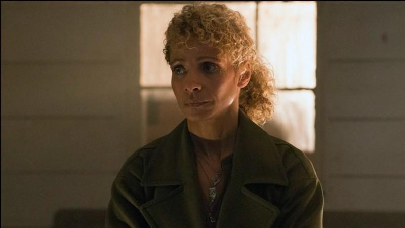 Dans la saison 2, on apprend que la terroriste la plus recherchée est la mère de notre inconnue. Comment se nomme-t-elle ?