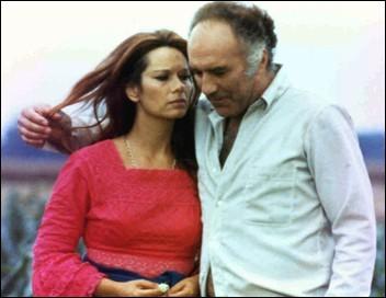 De quelle couleur est habillée la femme aperçue par le héros, dans ce film de Michel Deville, interprété par Michel Piccoli et Léa Massari ?