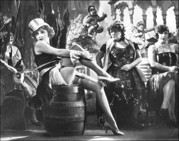 Quelle est la couleur de l'Ange, dans ce célèbre film allemand, avec Marlene Dietrich et Emil Jannings ?