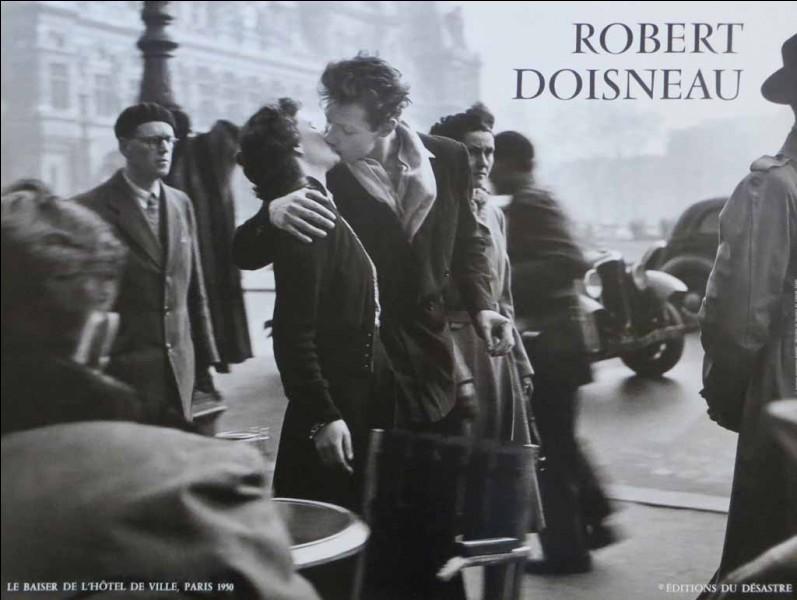 Quel monument parisien donne son nom à un célèbre baiser photographié par Robert Doisneau ?