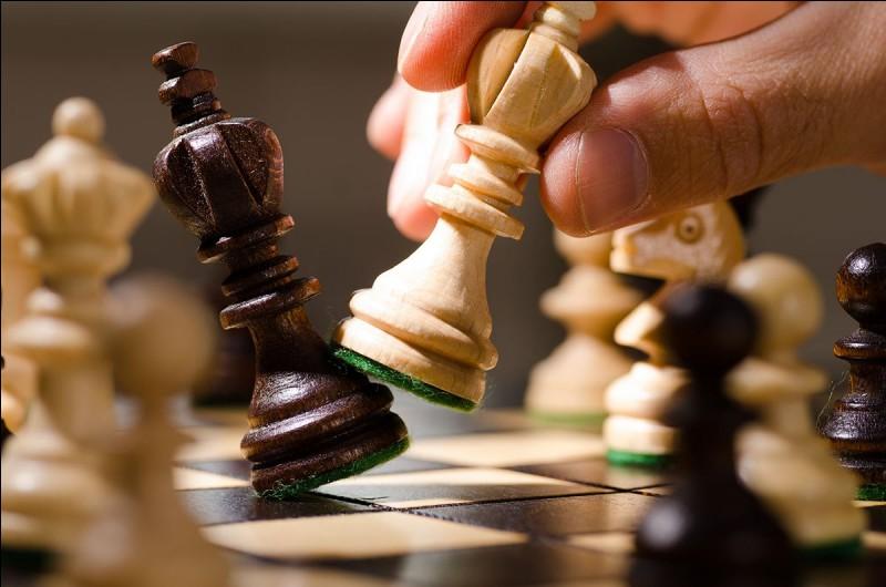"""Aux échecs, quelle pièce peut donner au roi un """"baiser de la mort"""" ?"""