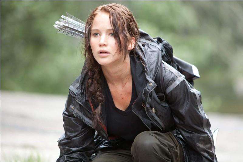 Dans Hunger Games 1, comment Katniss réussi-t-elle à se procurer un arc ?