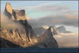 Quel territoire du Canada traversé par le cercle actique est peuplé par les Inuits ?