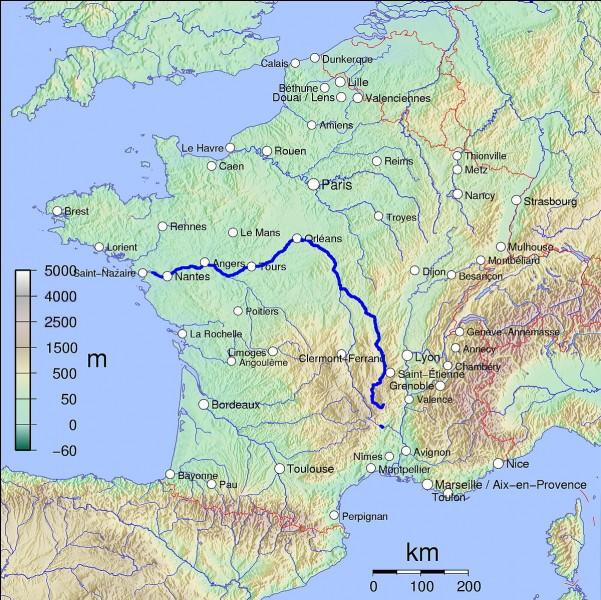 Je suis le château le plus vaste des châteaux de la Loire. Je suis également le plus connu. Je suis dans le Loir-et-Cher. Que suis-je ?