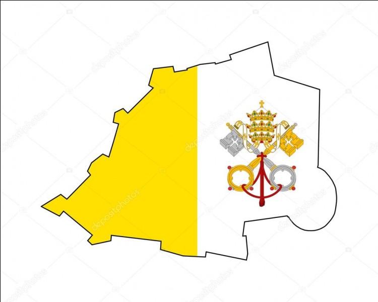 Je suis la place principale du Vatican et je suis en face de la basilique Saint-Pierre. Que suis-je ?