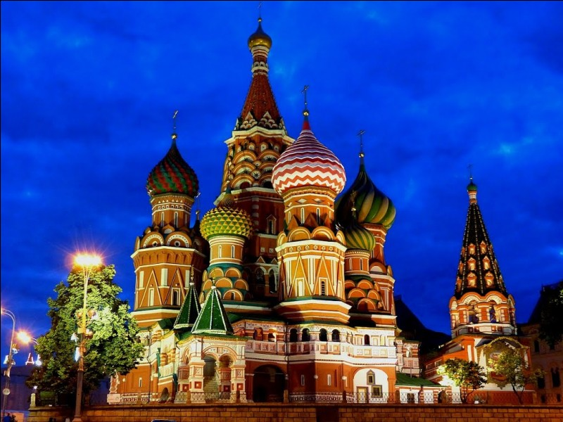 Je suis la place principale de Moscou et la plus connue. J'ai à mon est le Kitaï-gorod, à mon ouest, le Kremlin et à mon sud, la cathédrale Basile-le-Bienheureux. Que suis-je ?
