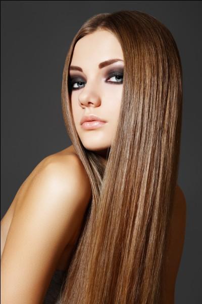 Ses cheveux sont très :