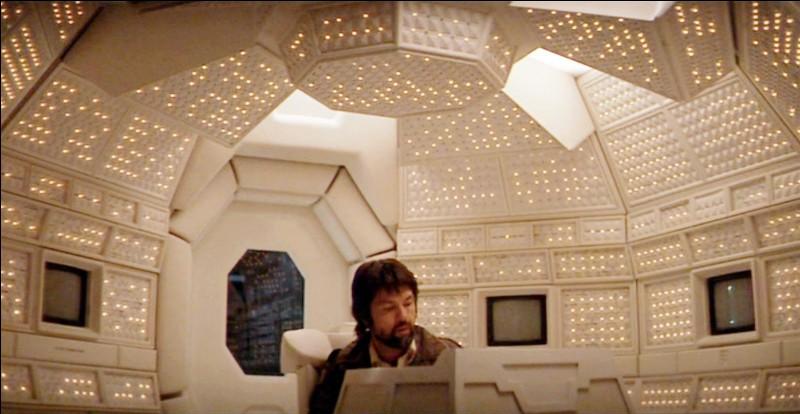 """Dans """"Alien, le huitième passager"""" (1979), qui interrompt le retour sur Terre du Nostromo et réveille l'équipage maintenu en biostase ?"""