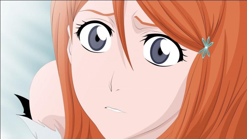 """Mais qui Orihime Inoue peut-elle bien regarder ainsi ? Au vu de son air inquiétant, je suis prête à parier qu'elle regarde Ichigo, le Shinigami de """"Bleach"""", en train de se battre. Humaine, elle possède des pouvoirs qu'Aizen qualifie de divins. Que dit-elle quand Moe lui dit """"Femme, je vais te descendre"""" ?"""