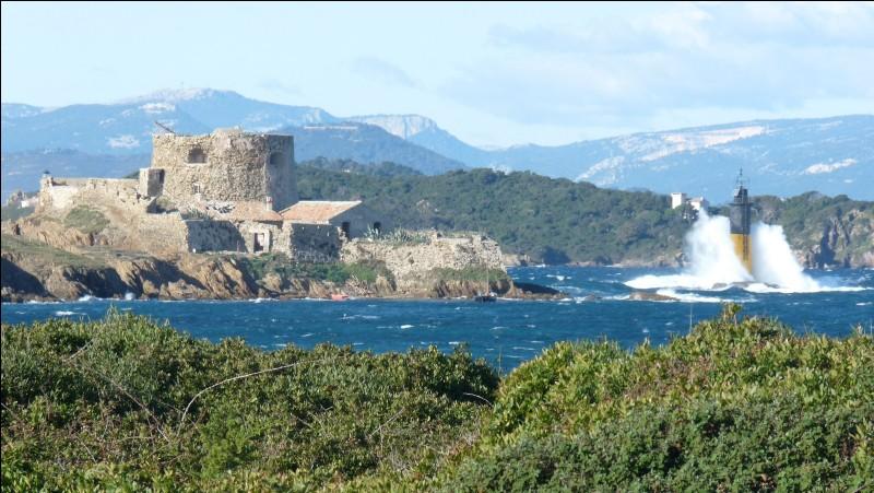 Avec ses 13 km2 de superficie, quelle est la plus grande des îles d'Hyères ?