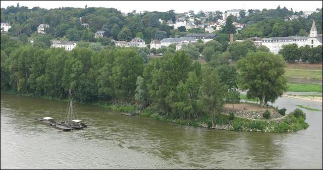 Quelle est cette île tourangelle située sur la Loire et accessible grâce au pont Napoléon ?