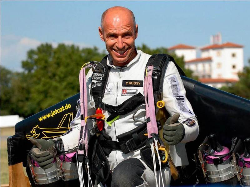 """En 2008, quel pilote suisse surnommé """"Fusionman"""" est le premier homme à traverser la Manche avec une aile à réacteurs fixée sur son dos ?"""