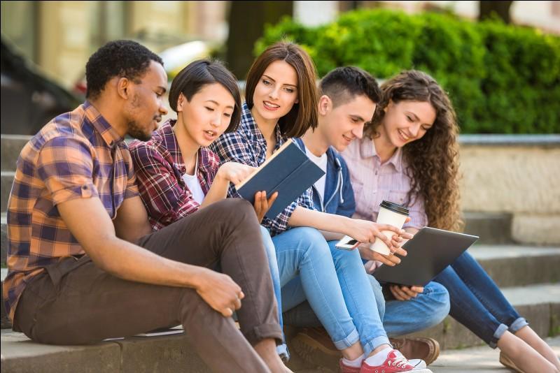 Sélectionne l'école où les élèves sont libres entre deux heures de cours.