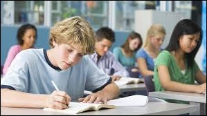 Cite l'école que les élèves doivent fréquenter en premier lieu.