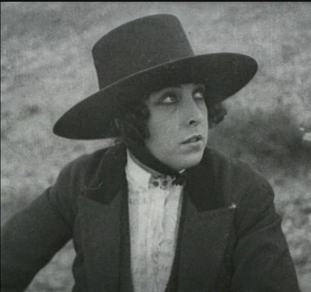 En 1922, Musidora, amoureuse, s'installe à Madrid avec le beau torero Antonio Cañero. Quels sont ses deux films tournés en Andalousie en tant qu'actrice et réalisatrice ?
