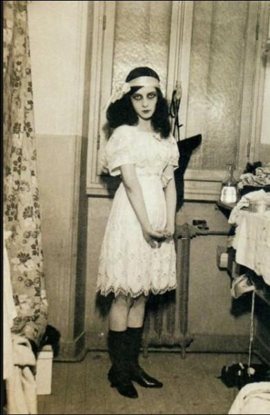 Jeune fille très douée, elle peint, écrit et s'exprime avec passion dans la danse et la comédie. Pourquoi opte-t-elle pour ce pseudonyme de Musidora ?