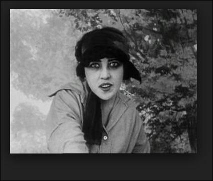 """En février 1914, Musidora fait de modestes débuts aux """"Folies Bergère"""" dans la Revue de l'Amour. Qui est ce tout jeune acteur français qui débute et qui joue à ses côtés ?"""