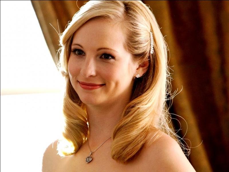 Je suis une belle blonde à la jolie voix. Mais attention, je suis également une amie d'Elena. Sauras-tu me retrouver ?