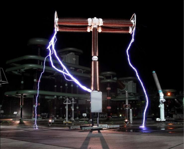 Continuons sur de la physique. Que se passe-t-il si deux bornes d'un générateur sont reliées par un circuit électrique en l'absence d'autres dipôles ?