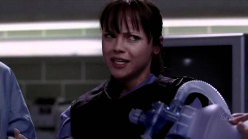 Dans la saison 2, dans l'épisode de la bombe, comment se nomme la secouriste qui a la main dans le corps de l'homme ?