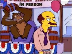 Qui est ce gros singe tenant le tonneau ?