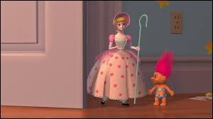 Dans quel film Disney voit-on cette bergère habillée en rose ?