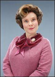 Quel est le prénom de Mme Ombrage qui est une sous-secrétaire d'État auprès du ministre de la magie ?