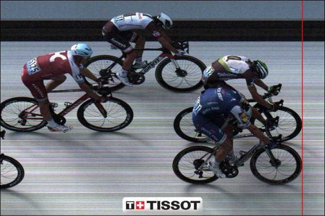 De combien de millimètres la roue avant de Marcel Kittel (en bleu) devance-t-elle celle d'Elvald Boasson Hagen ?