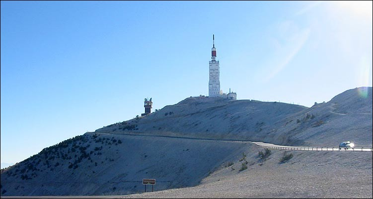 Le mont Ventoux est situé dans le Vaucluse, au nord-est de Carpentras.