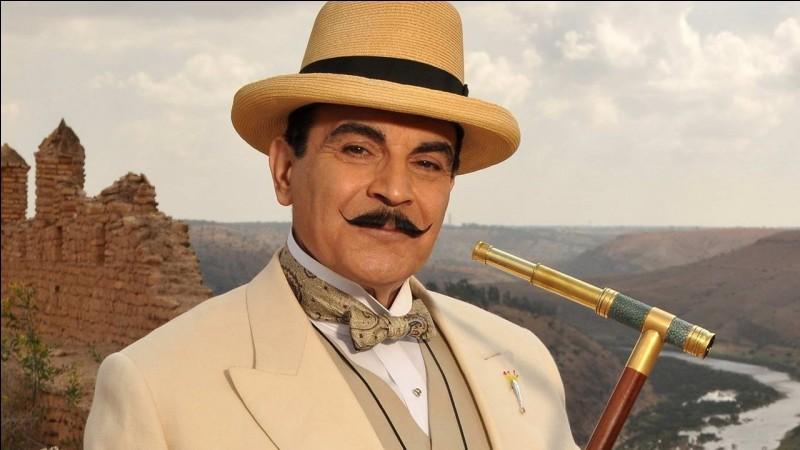Parlons d'un roman policier à présent. Dans l'une des œuvres d'Agatha Christie, quel moyen de transport Poirot utilise-t-il pour voyager ?